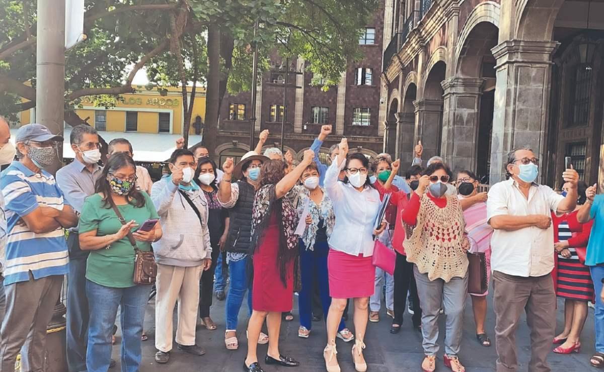Profesores retirados de Morelos protestan en Palacio de Gobierno, exigen más aguinaldo
