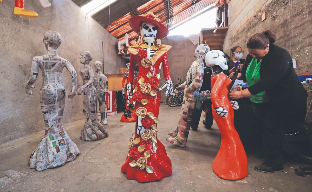 Artesanos del Edomex preparan la tradicional Catrina para el Día de Muertos