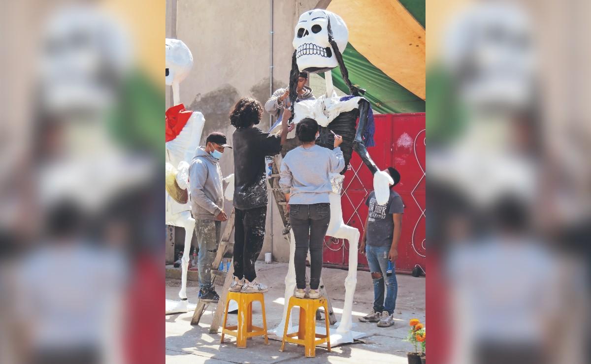 Ellos son los Álvarez, la familia encargada de adornar las calles de CDMX con calaveras
