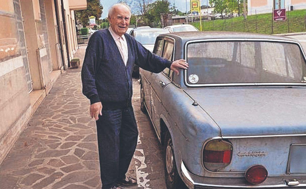 Retiran automóvil que tenía 47 años estacionado en el mismo sitio, en Italia
