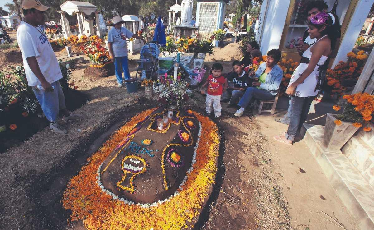 Arrancan limpieza de panteones para recibir visitantes el Día de Muertos, en Milpa Alta