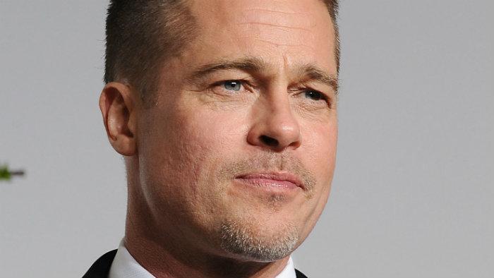Brad Pitt es golpeado por un reportero en la alfombra roja | VIDEO