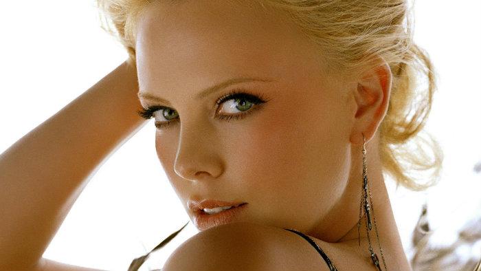 Charlize Theron, bikini