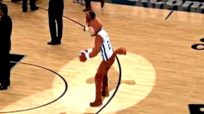Mascota de la NBA anota soprendente canasta | VIDEO