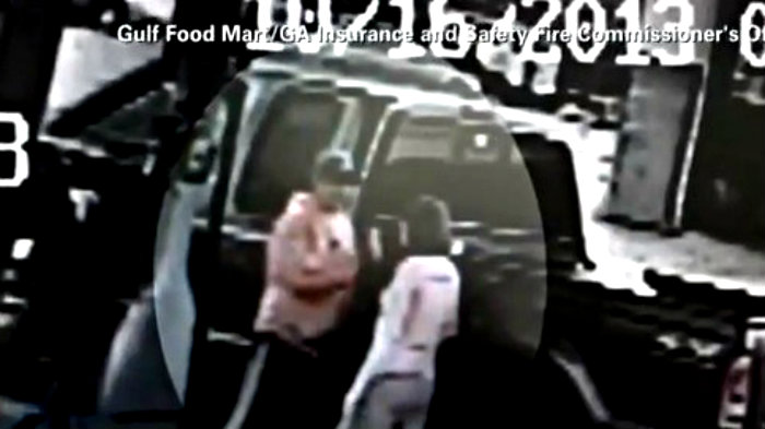 Hombre incendia a su esposa por accidente | VIDEO