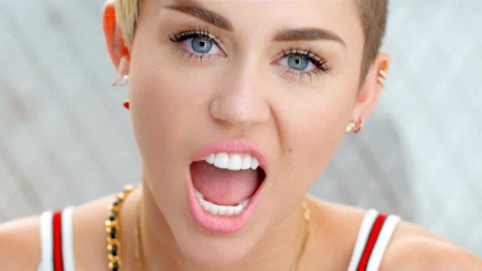"""Miley Cyrus """"se toca"""" en público"""