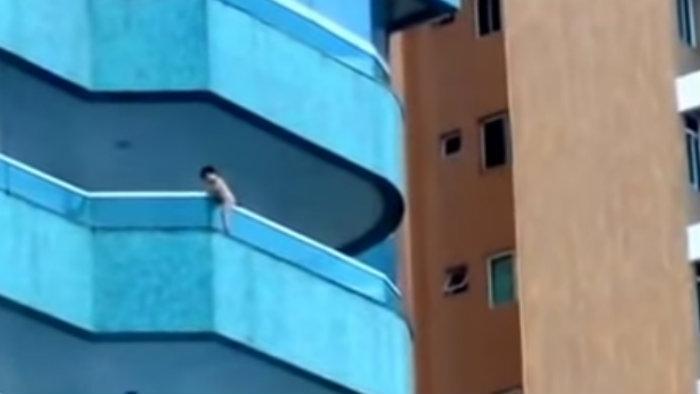 Niño casi cae de un quinto piso