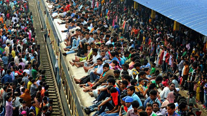 Estación de tren Eid Al-Adha en Bangladesh