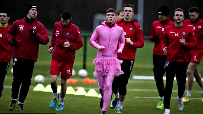 Futbolista entrena con vestido para mejorar su desempeño