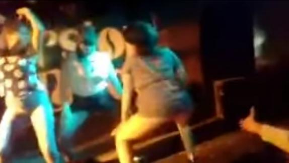 Chica desnuda en un bar - Videos Gratis
