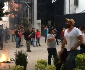Maestros de la CNTE bloquean accesos del Senado, en San Lázaro