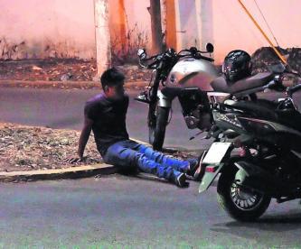 Taxista embiste a motociclista Morelos