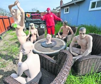 una fiesta maniquíes desnudos en su patio