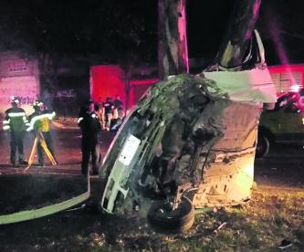 Auto destrozado Conductor muere Muere prensado Toluca