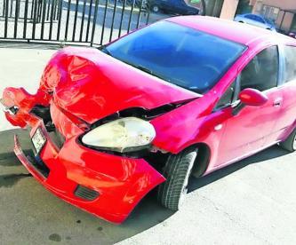 Automovilista arrolla un Mototaxi