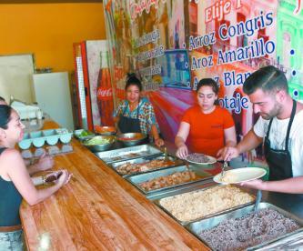 Negocios de Ciudad Juárez dan empleo a migrantes cubanos