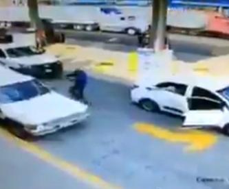 Captan a sicarios asesinar a un hombre dentro de su vehículo en Uruapan