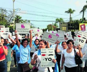 feligreses manifestantes marcha contra aborto matrimonio igualitario exigen paz obispo cuernavaca morelos