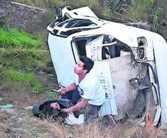 Dos automóviles chocan y vuelan más de seis metros en cañada del Edomex hay dos heridos