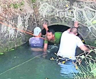Rescatistas denuncian robo de cuerdas tras salvar a dos hombres de ahogarse, en Morelos