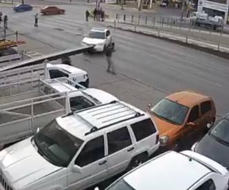 Cámaras captan a peatón que salió volando tras ser arrollado por auto que se pasó el alto