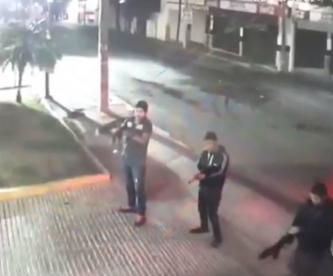 Gatilleros disparan a bar de Cuernavaca, pero a uno se le atasca el arma y todo queda en video