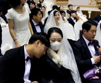 Una novia que usa una máscara para protegerse del nuevo coronavirus, asiste a una ceremonia de boda masiva de la Iglesia de Unificación en el Centro Mundial de la Paz de Cheongshim en Gapyeong, Corea del Sur