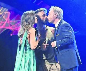 Ricky Martin desata la polémica tras besar a conductor del festival Viña del Mar