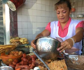 Tacos gigantes de guisado de 25 pesos, en Xochimilco
