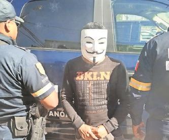 Detienen a sujeto enmascarado mientras saqueaba una tienda, en el Estado de México