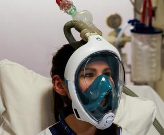 Médicos de Bélgica utilizan máscaras de buceo en pacientes con Covid-19