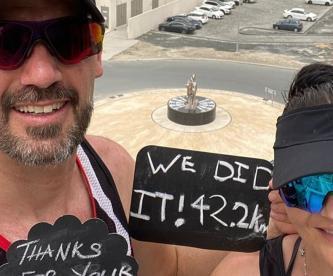 Por Covid-19, excéntrica pareja corre maratón en su lujoso y enorme balcón en Dubai