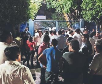 Hartos de los asaltos, taxistas queman la puerta de la comandancia de Cuautla