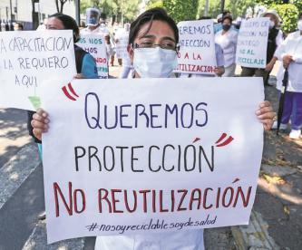 """""""Nos obligan a usar cubrebocas usados"""": protestan médicos y enfermeras del INER"""