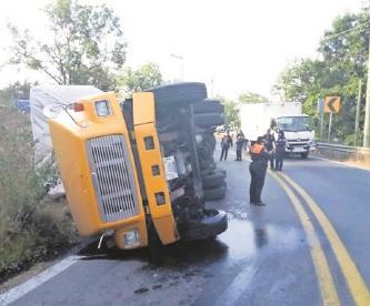 Vuelca tráiler en la carretera libre Tenancingo-Toluca, el conductor sale lesionado