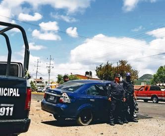 Hombre choca su auto contra camioneta y muere su hijo de 6 años, en Edomex