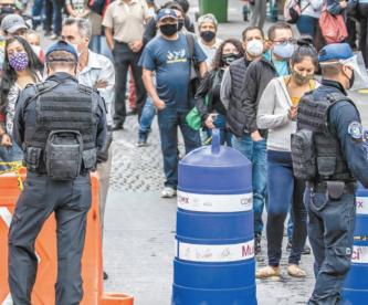 Paseantes en Centro Histórico de CDMX respetan medidas vs Covid, sólo frente a policías