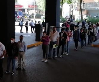Citadinos atascan Parque Delta en CDMX, en el día 1 de reapertura de plazas comerciales