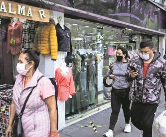 Comercios del Centro Histórico de la CDMX cumplen con medidas sanitarias, clientes no