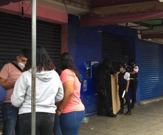Asesinan con arma blanca a un hombre entre los pasillos del tianguis 'El Salado', Edomex