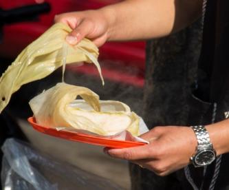 Tamaleros denuncian que autoridades en el Edomex les robaron pertenencias, en decomiso