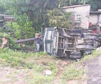 Vuelca camioneta con jornaleros en Morelos, eran trasladados a un campo de cultivo