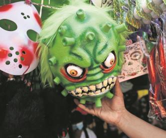 Comerciantes del 'Sonora' en CDMX aprovechan al Covid para hacer negocios con disfraces