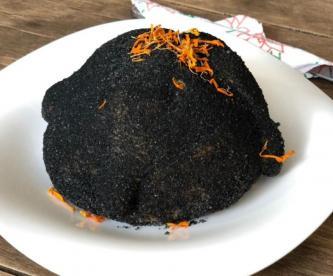 El pan de muerto negro que causa furor en Texcoco, ¡está relleno de zapote!