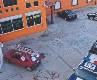 Delincuentes apuñalan de muerte a hombre y le roban camioneta que iba a vender, en Edomex