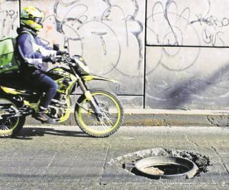 Taxistas denuncian robo de coladera en Coacalco, esto ha ocasionado varios accidentes