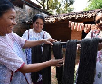 """Durante la pandemia,  la cooperativa """"La Flor de Xochistlahuaca"""", ubicada en el estado de Guerrero, ha visto un declive en sus ganancias, pues los ingresos se redujeron un 80 por ciento. Sin embargo, las mujeres indígenas que la integran, continúan haciendo el trabajo que les han heredado por generaciones."""