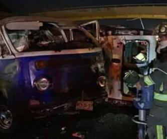 Combi vuelca en plena autopista y su conductor termina gravemente lesionado, en la CDMX