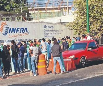 Decenas de morelenses se forman en el IMSS desde la madrugada para conseguir oxígeno