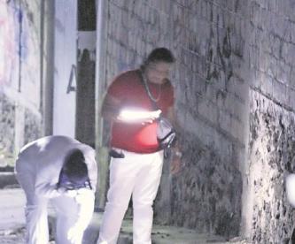 Desde auto tiran cuerpo de hombre y luego le disparan hasta matarlo en Morelos
